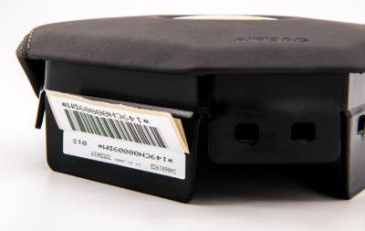 Security label pretagli antirimozione di Serit Etichette, applicato su un componente automobilistico.garantisce la rottura dell'etichetta nel caso qualcuno tenti la rimozione.