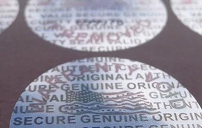 """Le etichette con ologramma sono garanzia a 3 livelli con la personalizzazione dell' ologramma. L' adesivo """"tamper evident"""" lascia un segno alla rimozione."""