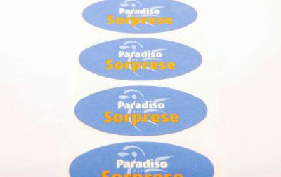 Etichette chiudipacco prodotte da Serit Etichette personalizzate con il logo del cliente e sagomate.