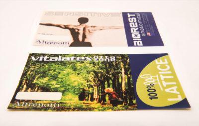Etichette stampate su tessuto, prodotte da Serit Etichette, con grafica e froma personalizzate secondo le esigenze del cliente.