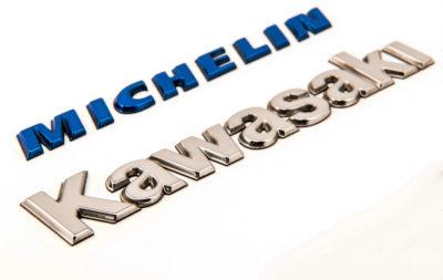 Marchi in tridimensione realizzati da Serit Etichette in Kromex, una singolare ed innovativa tecnologia per realizzare loghi ed emblemi cromati a rilievo.