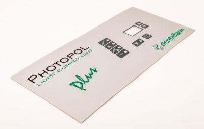 Pannello di controllo di macchinario medicale realizzato da Serit Etichette in materiale rigido stampato e personalizzato.