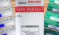 Tre esempi di etichette per cespiti personalizzate, con differenti fomrati, soluzioni grafiche e colori.