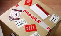 Etichette per logistica stoccaggio. Adesivi con indicazioni per il trattamento del pacco quali FRAGILE, contenuto fragile contenuto pesante ed indicazione del verso di trasporto.